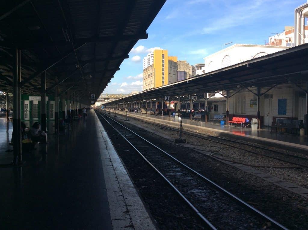 Bahnsteig auf dem der Zug ankommen soll