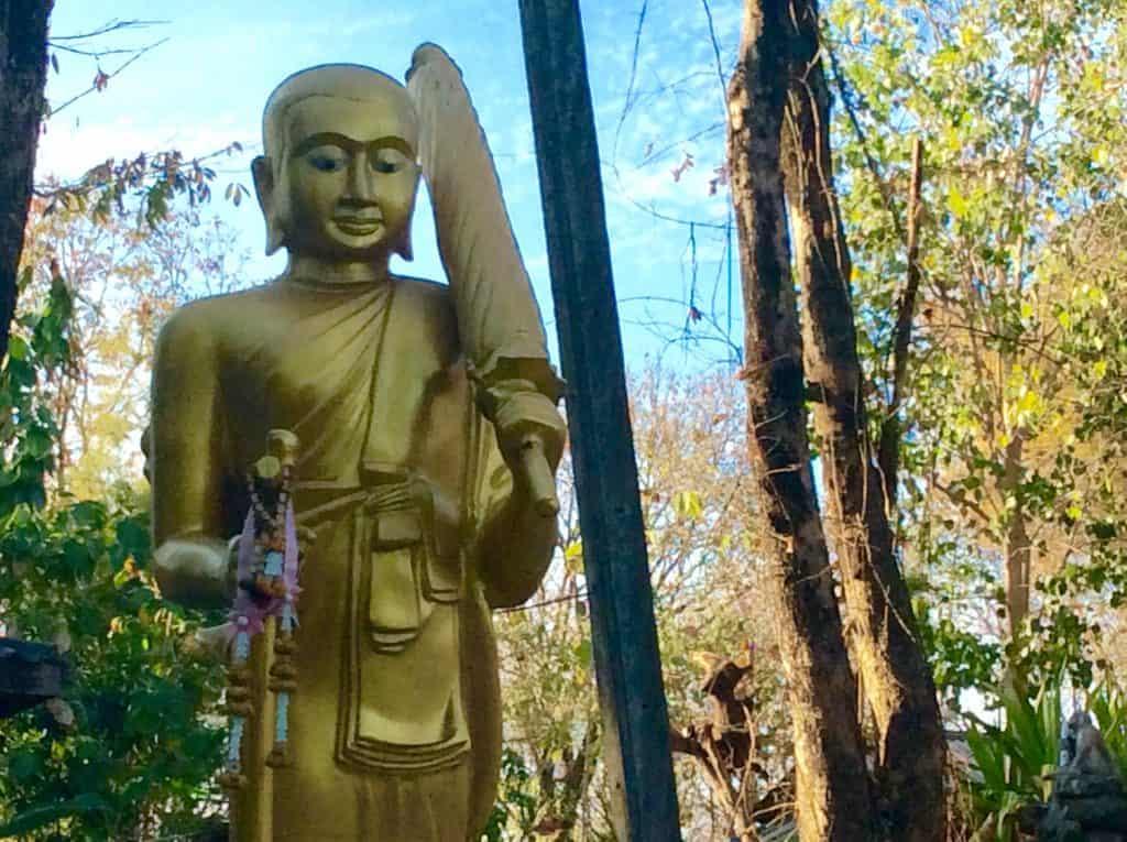 Milde lächelt der Buddha im Bergtempel in Phetchabun