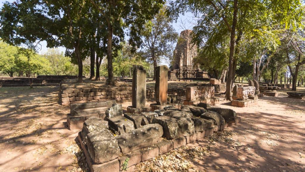 Weitere Funde von historischen Steinfragmenten neben dem Prang Si Thep