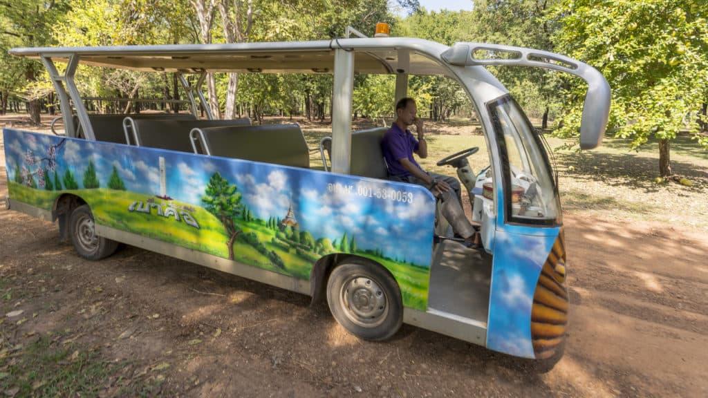 Offener Touristenbus bringt die Besucher in die historische Stadt