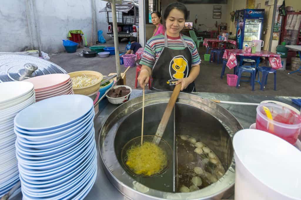 Das erwärmen der Ba Mie Nudeln im Suppentopf