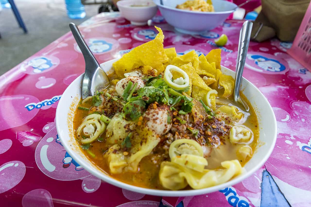 Schale mit Bam Mie Tom Yam Suppe
