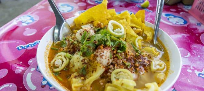 Thailändische Strassenküche – Ba Mie Tom Yam Nudelsuppe