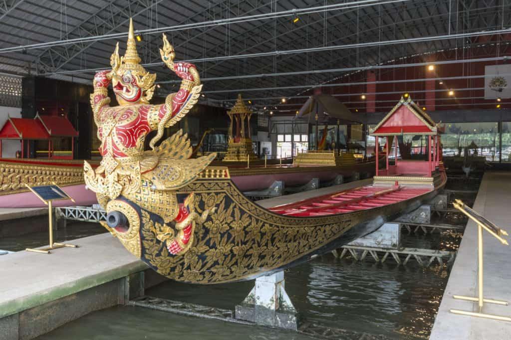 Die Bugfigur der Königliche Barkasse Kurt Hern Het mit goldenen Nagas