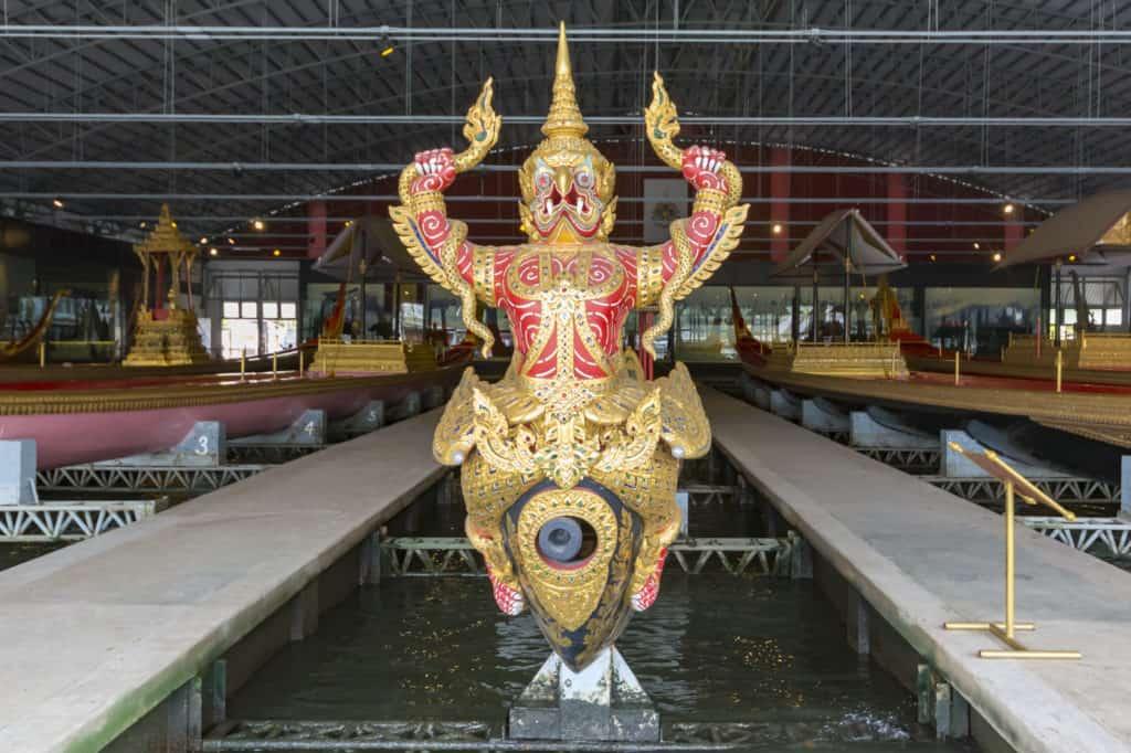 Nur Dekoration, die Bugkanone der Königliche Barkasse Kurt Hern Het im Royal Barges National Museum Bangkok
