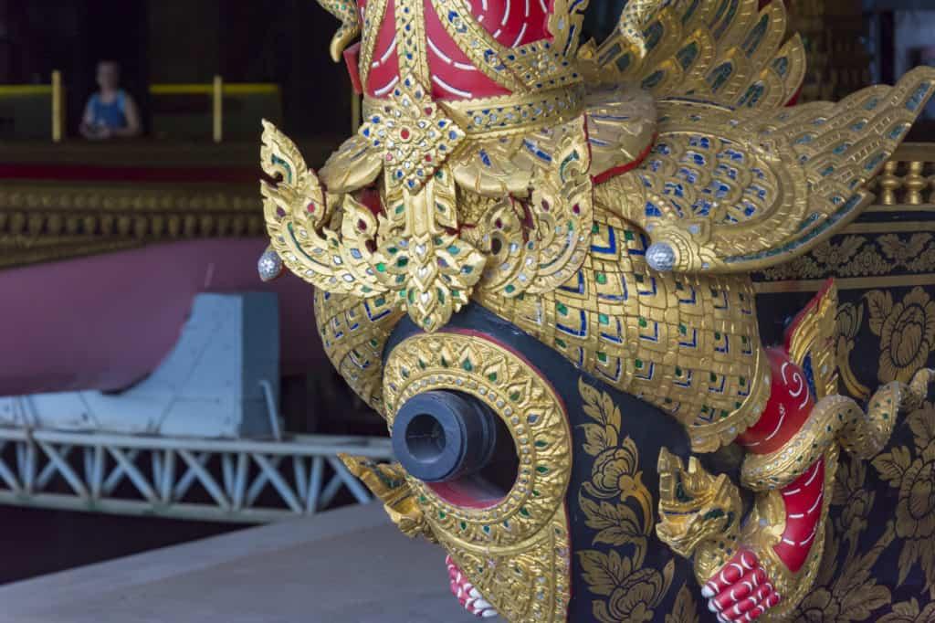 Die Bugfigur Garuda umklammert mit den Füßen die Bugkanone im Royal Barges National Museum