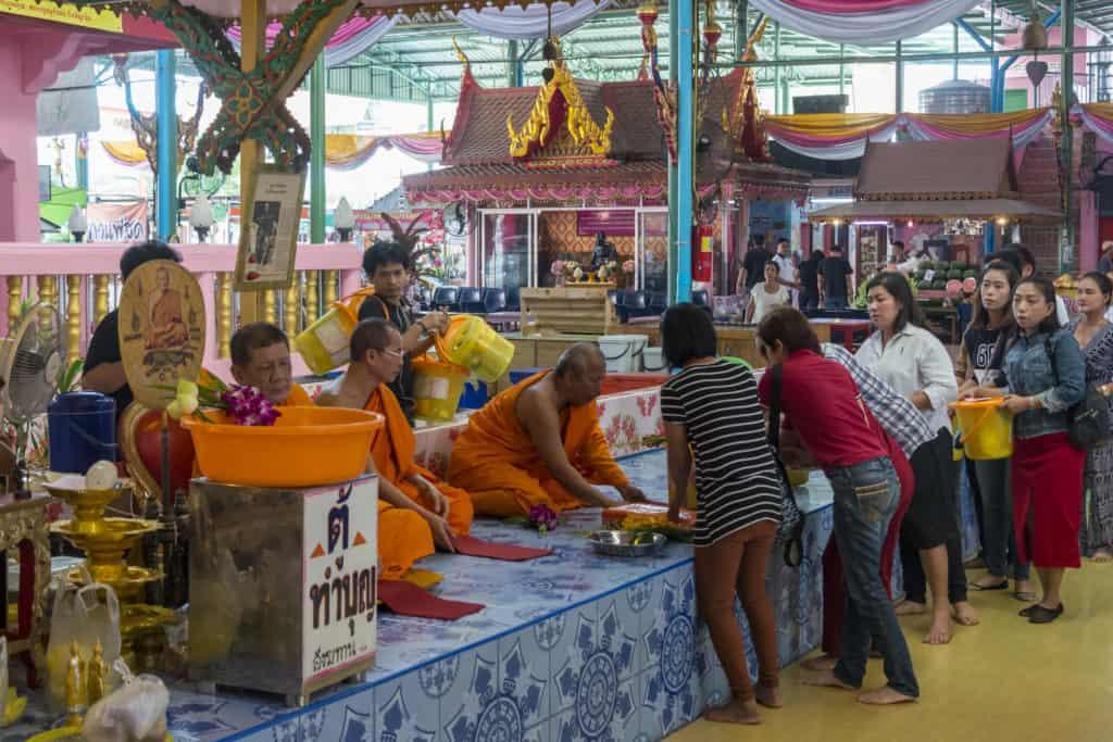 Buddhisten bei der Abgabe der Spenden an die Mönche