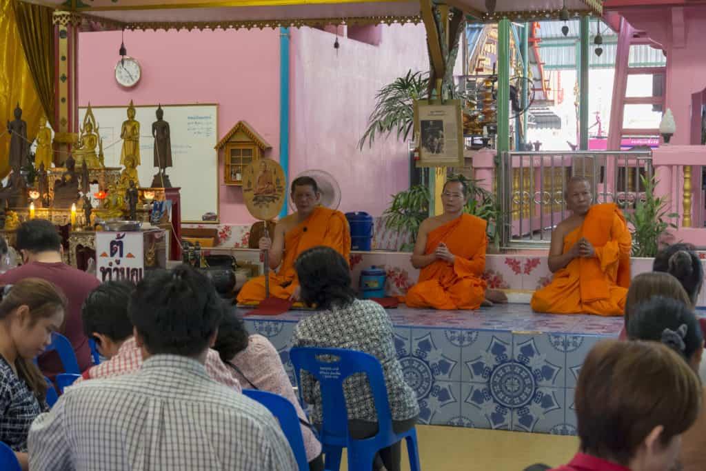 Drei betende Mönche aus dem Wat Ta Kien