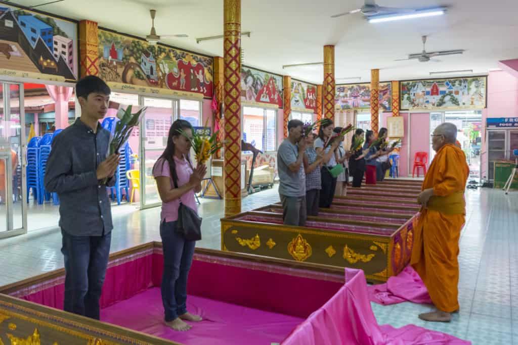 Betende Menschen vor dem Beginn der Zeremonie