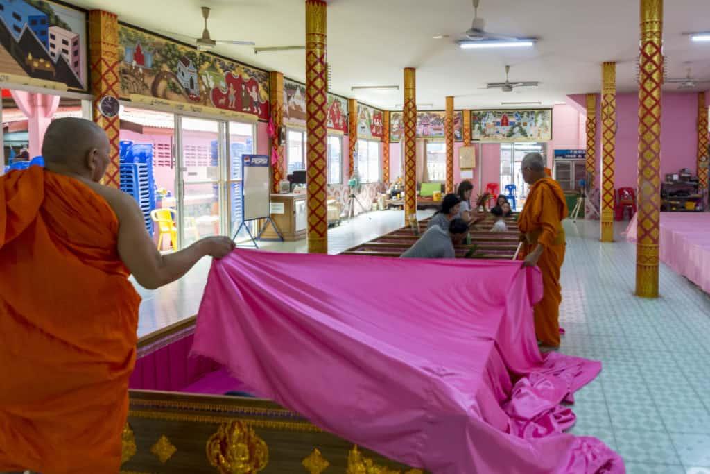 Mönche bedecken die Särge mit einer Stoffbahn und damit beginnt das rituelle Sterben