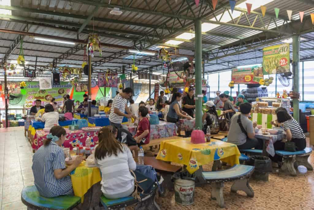 Gläubige beim essen im Restaurant im Wat Ta Kien Floating Market