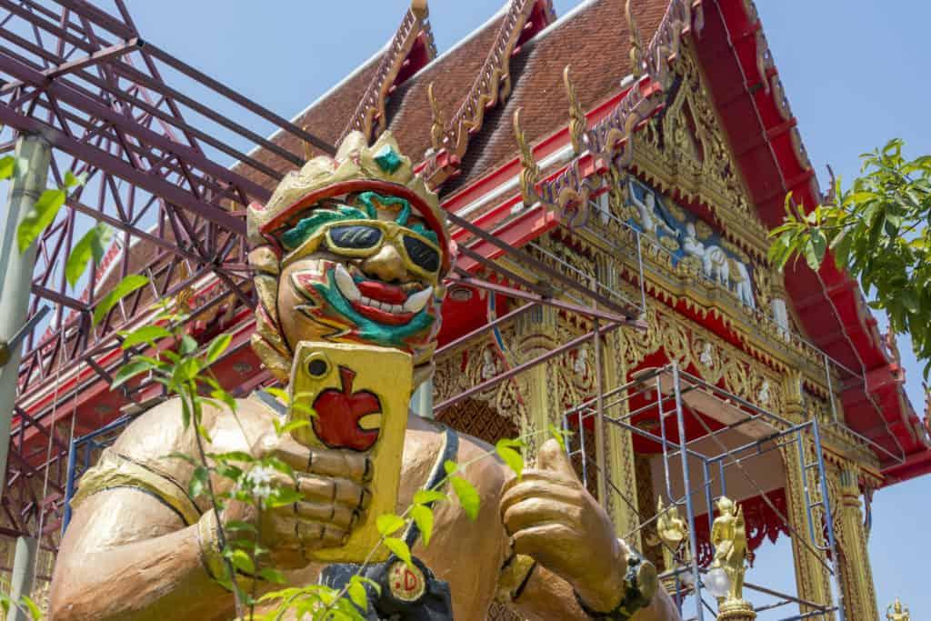 I-Phon lesende Statue vor dem Tempel Wat Ta Kien