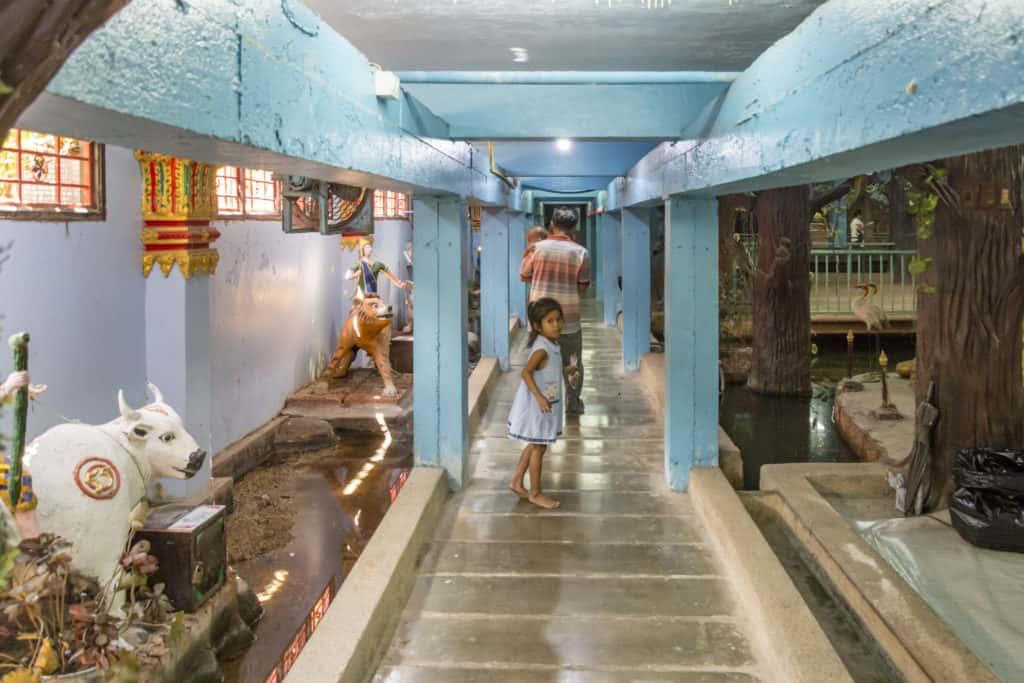 Ein Rundgang zeigt verschiedenartige Figuren im Wat Ta Kien