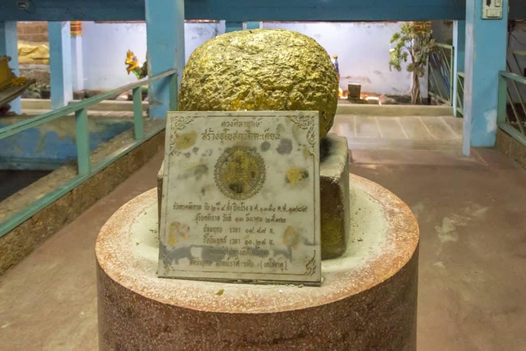 Eine goldene Kugel als Grundstein im Wat Ta Kien Bangkok