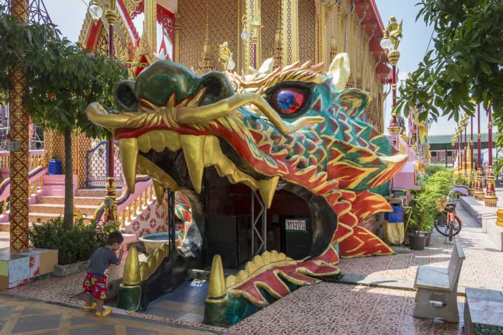 Ein Drachenkopf bildet den Ausgang beim Rundgang im Wat Ta Kien