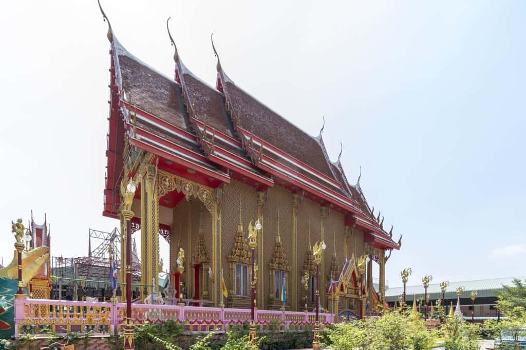 Hoch ragt der Bot im Wat Ta Kien in den blauen Himmel Thailands