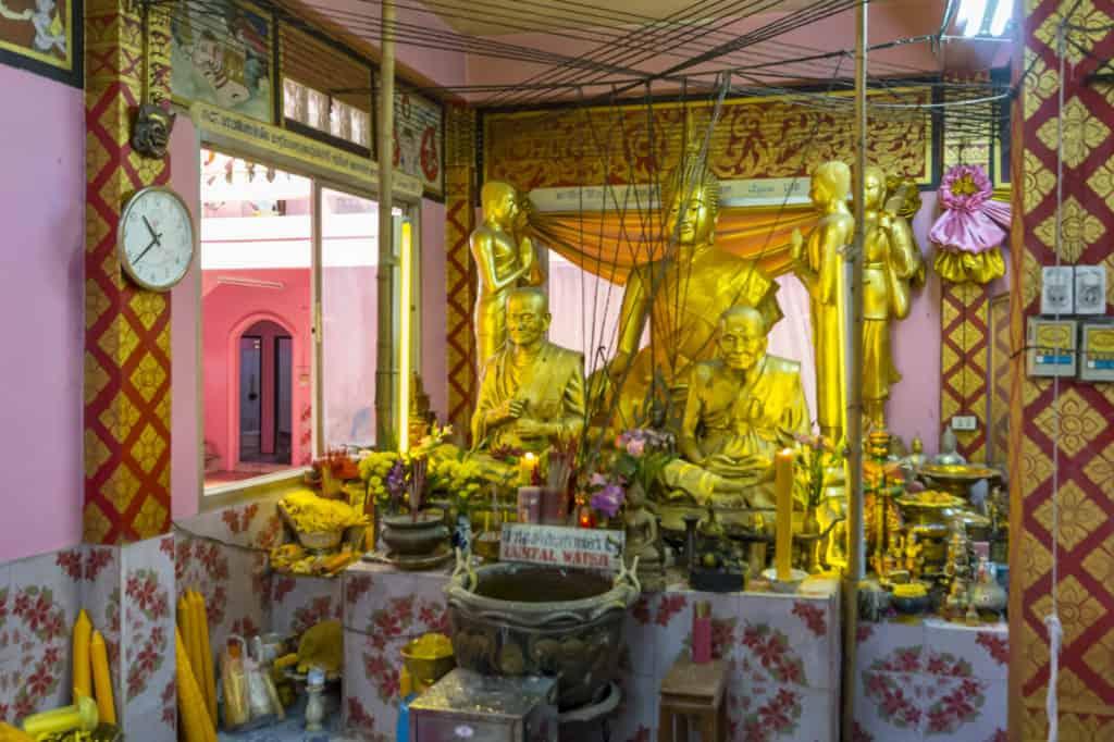 Alle Schnüren führen zur Buddhastatue