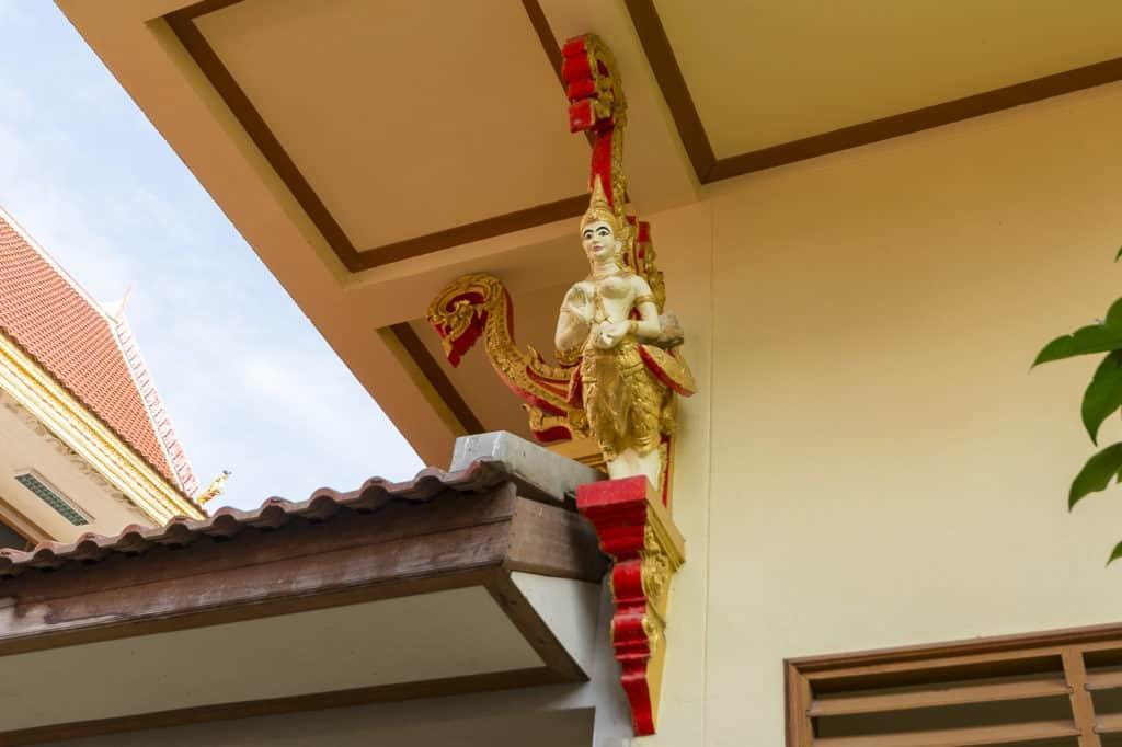 Figur am Eckpfeiler vom Wat Phet Wararam