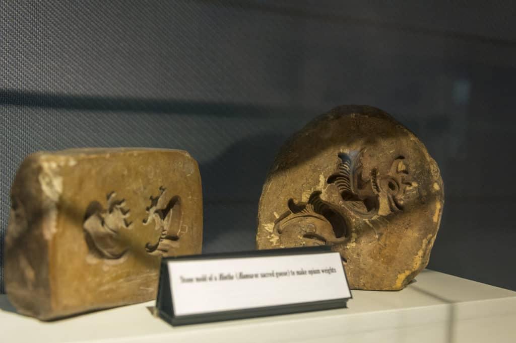 Gußformen für die Erstellung der genormten Opiumgewichte aus Metall