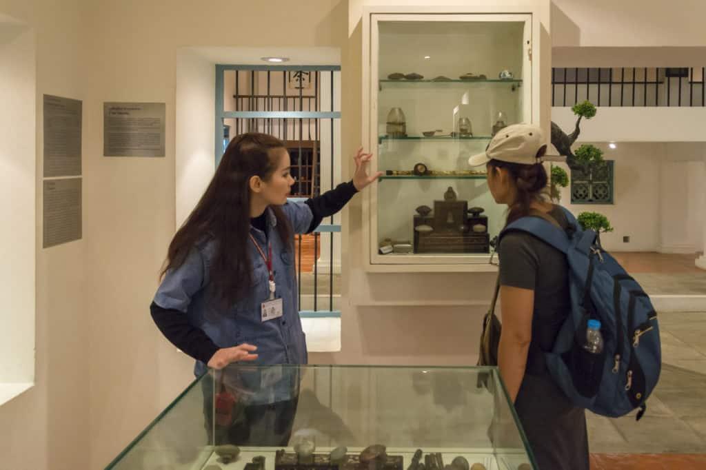 Unsere Begleitung erklärt die verschiedenen Bedeutungen und Funktionen der Ausstellungsstücke
