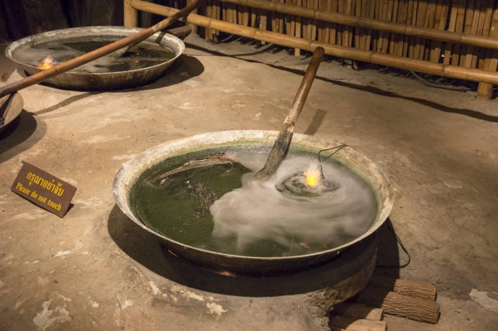 Einfache Feuerstelle aus Lehm zum Einkochen von Opium und Vorbereitung zum Transport im goldenen Dreieck Thailand