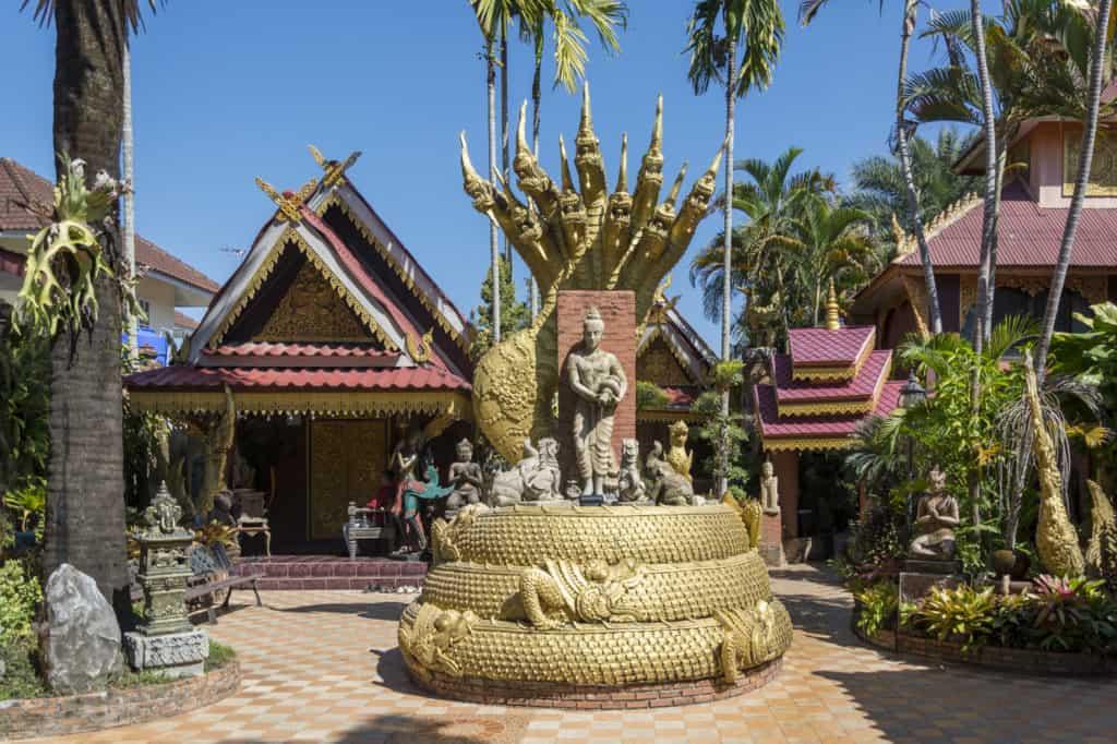 Ein Buddha beschützt von der fünfköpfigen Schlang im Oub Kham Museum in Chiang Rai