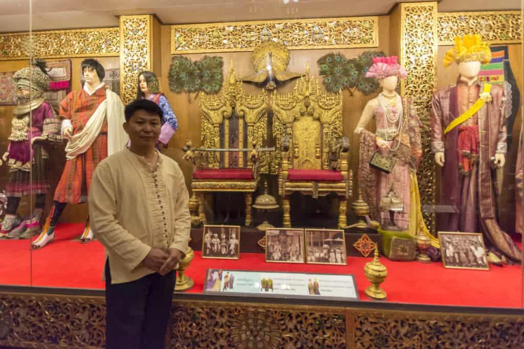 Junger Mann der durch das Oub Kham Museum über die Kultur der Lan Na in Chiang Rai führt