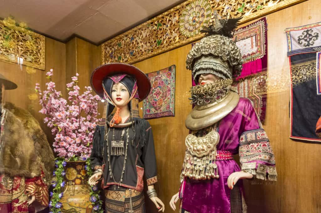 Farbenfohe Gewänder der Lan Na Kulturr