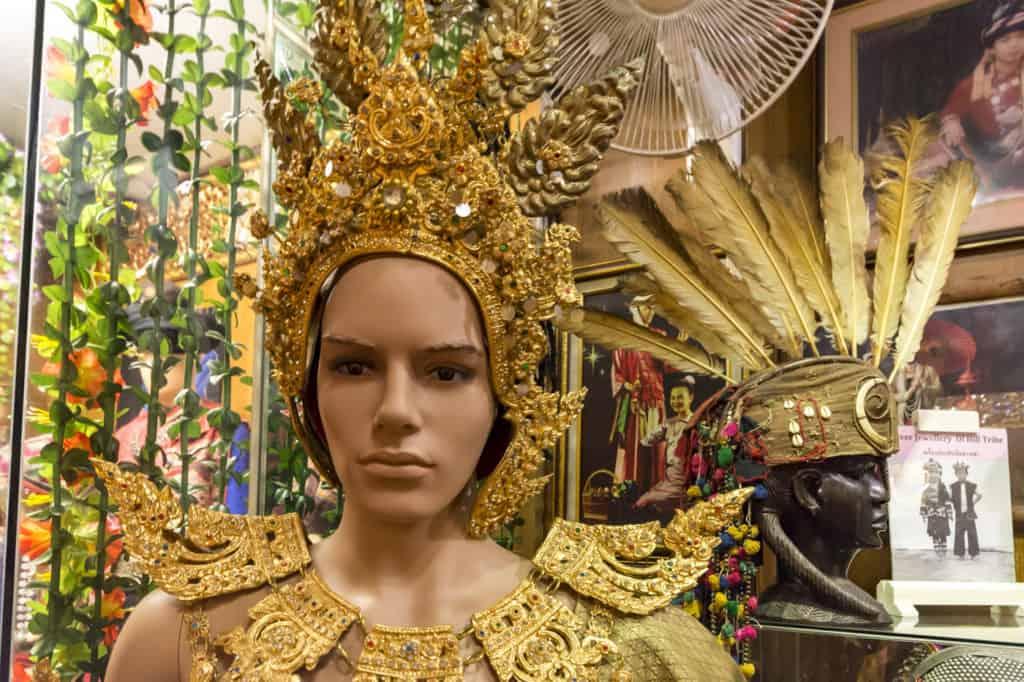 Federkrone und goldener Kopfschmuck der Bergvölker der Lan Na Kultur
