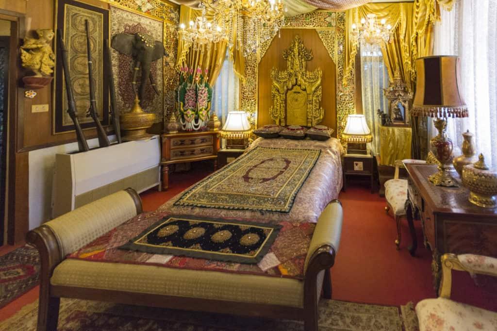 Ein kompletter königlicher Schlafraum wird im Oub Kham Museum ausgestellt