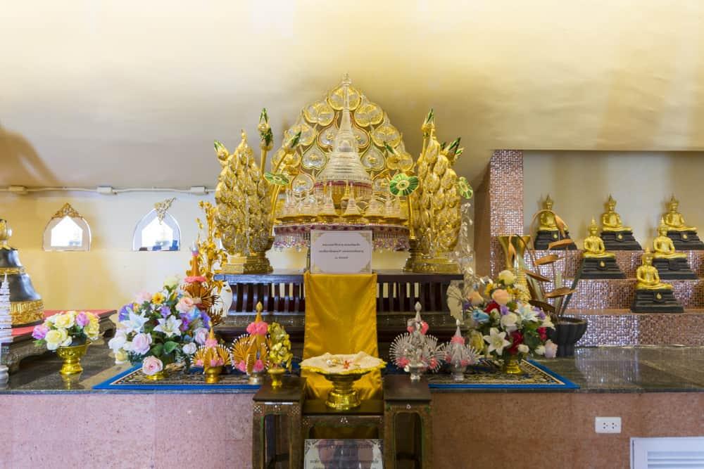 Gold verzierter Thron im Innenraum vom Buddha Thamaracha - Phetchabun