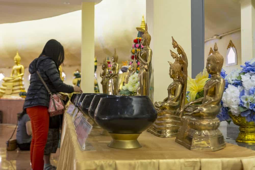 Spendengabe für den Geburtstagsbuddha - Phetchabun
