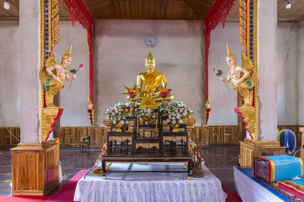 Zwei Figuren übergeben Buddha Lotusknospen
