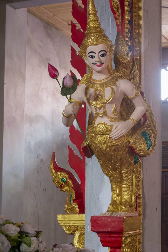 Mythisches Wesen übergibt Buddha Lotusstengel