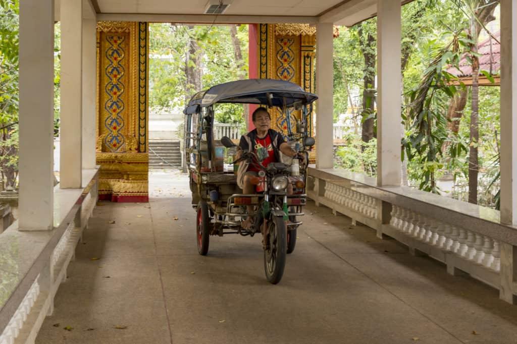 Tuk Tuk auf dem Fußweg im Tempel