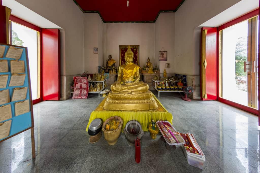 Buddha im Lotussitz vor dem heiligen Fußabdruck