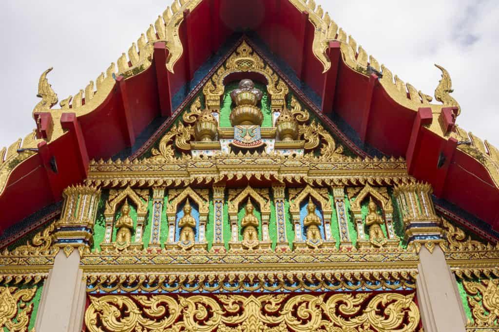 Mit Spiegel besetzter Giebel am Bot im Wat Phet Wararam