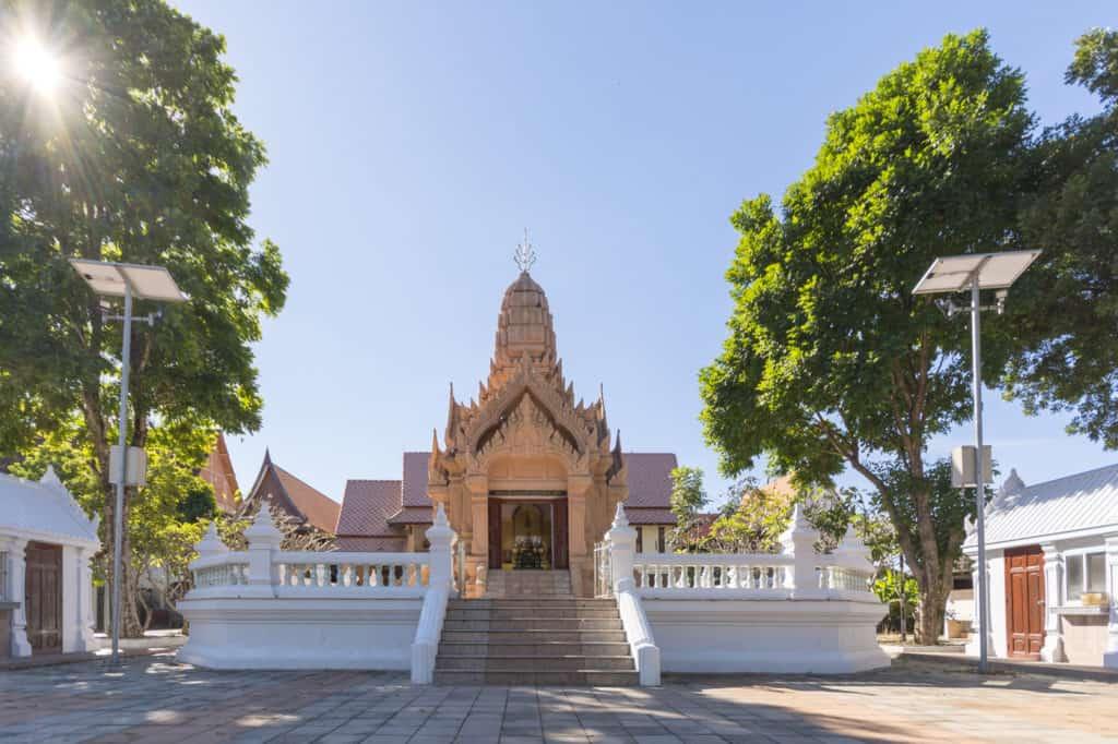 Prasat Wat Trai Phum mit der Buddha Statue