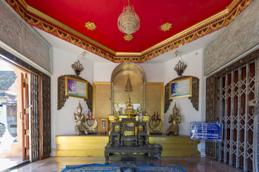 Innenraum des Prasad mit Buddha Figur im Wat Thai Phum in Petchabun