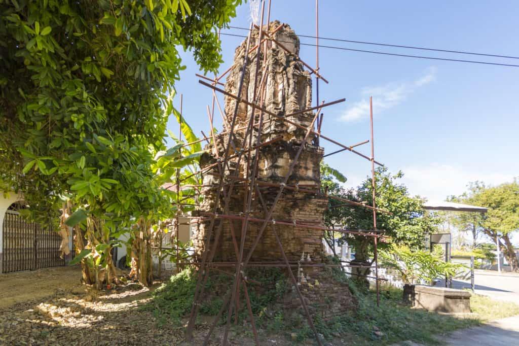 Alte im Zerfall befindliche Stupa aus der Gründerzeit des Wat Trai Phum