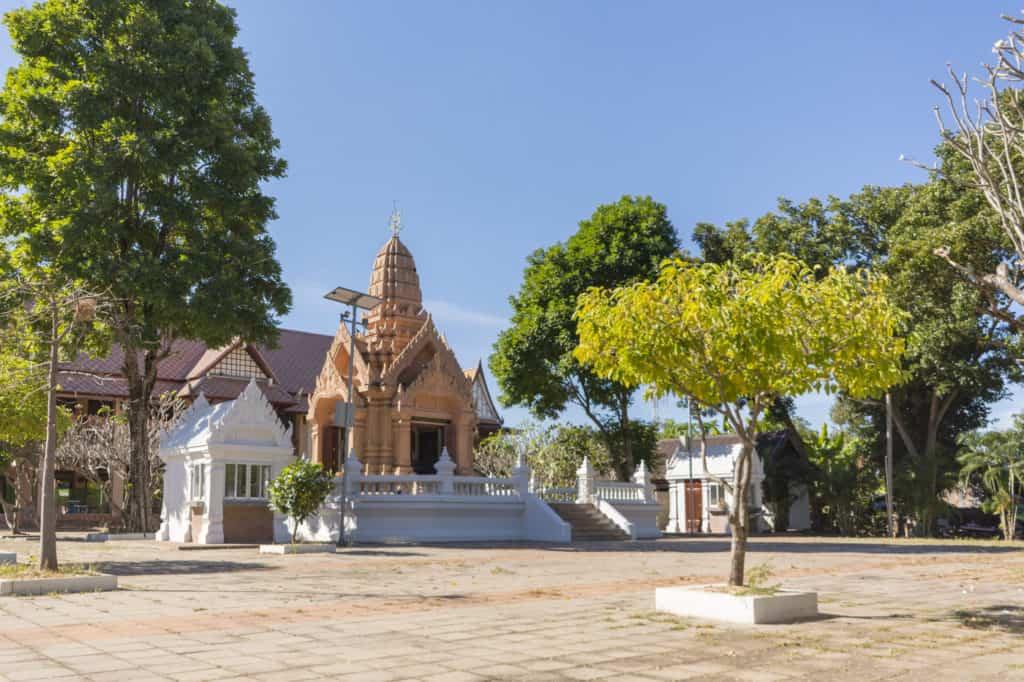 Moderner Prasat im Wat Trai Phum beinhaltet die goldene Buddhafigur in phetchabun