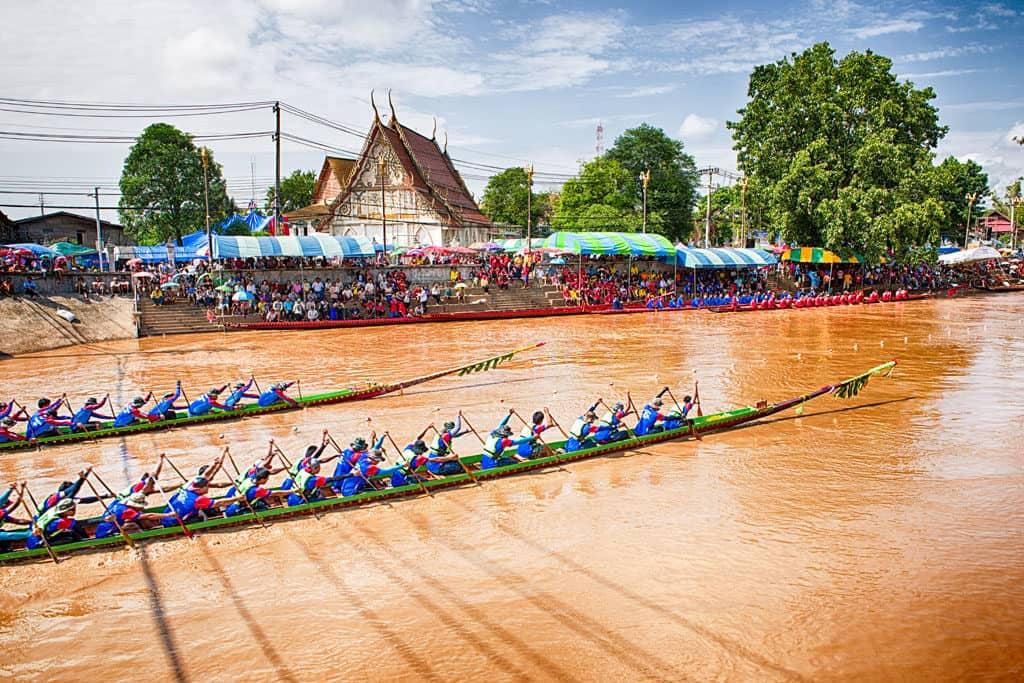 Dem Sieger winken Ehre und Ruhm beim Bootsrennen vor dem Wat Thai Phum in Phetchabun