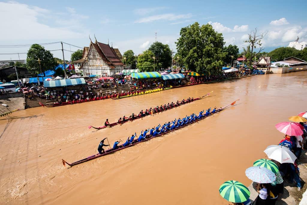 Traditional long boat races beim Um Phra Dam Nam Festival in Phetchabun