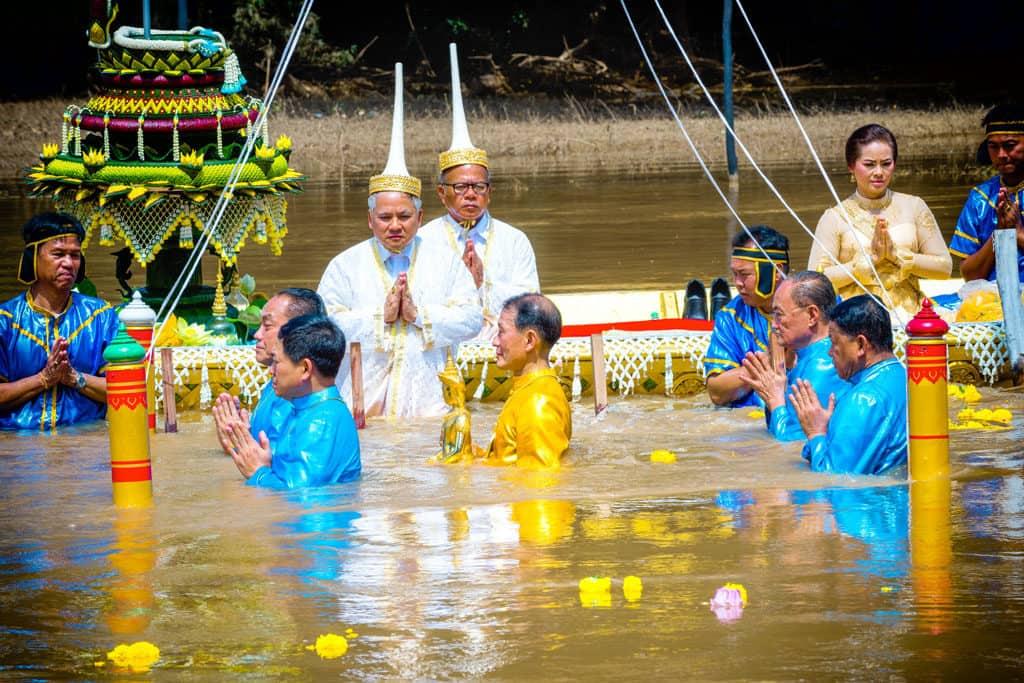 Der heilige goldene Bhudda wird im Pa Sak Fluß mehrmals untergetaucht