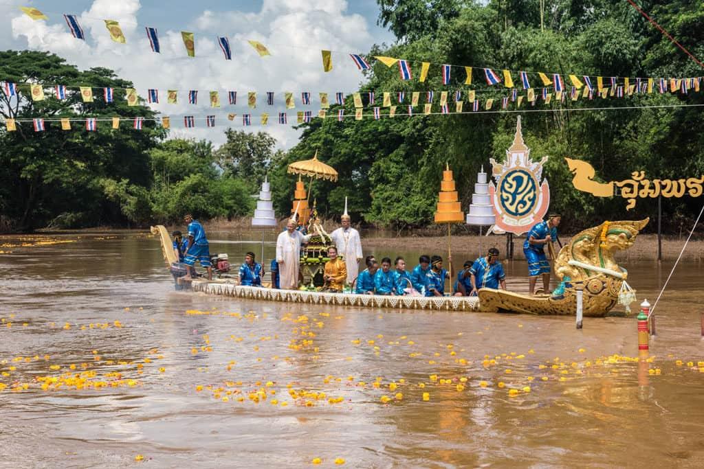 Der Buddha wird zur Fußmitte des Pa Sak in Phetchabun gerudert, dort wo er der Sage nach gefunden wurde