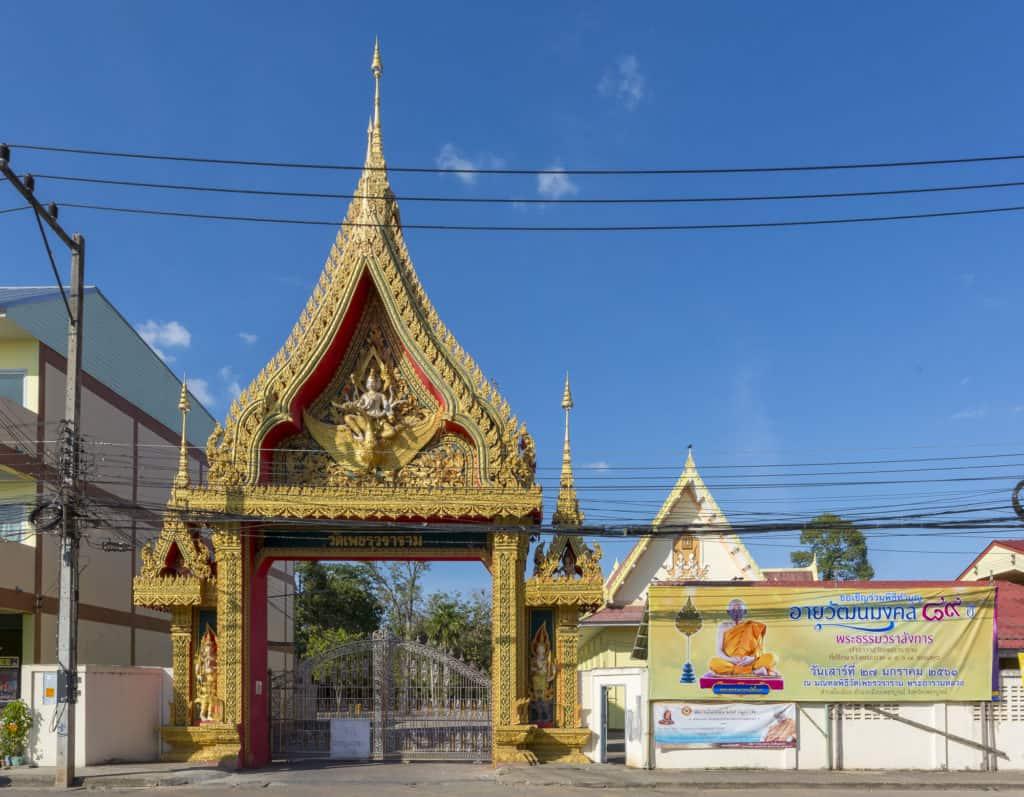 Eingangstor zum Wat Phet Wararam in Phetchabund