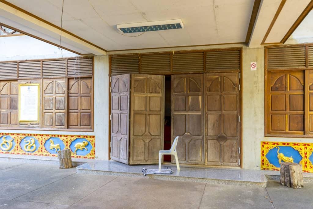 Eine kleinen Spalt offen stehende Tür im Tempelbereich