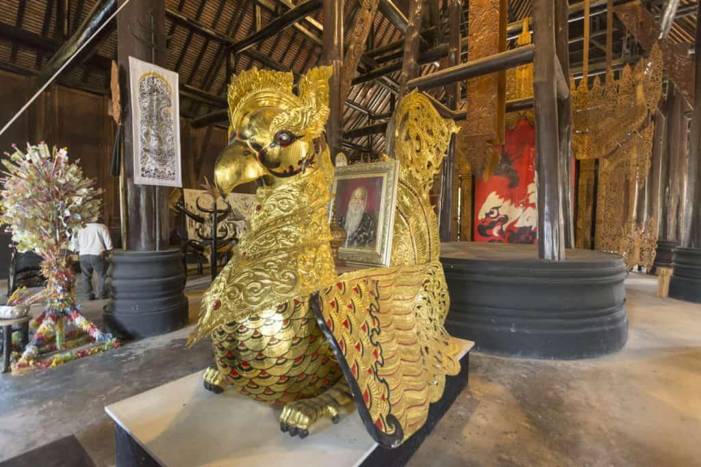 Goldenes mystisches Vogelweisen mit Bild des Künstlers im Schwarzen Haus in Chiang Rai