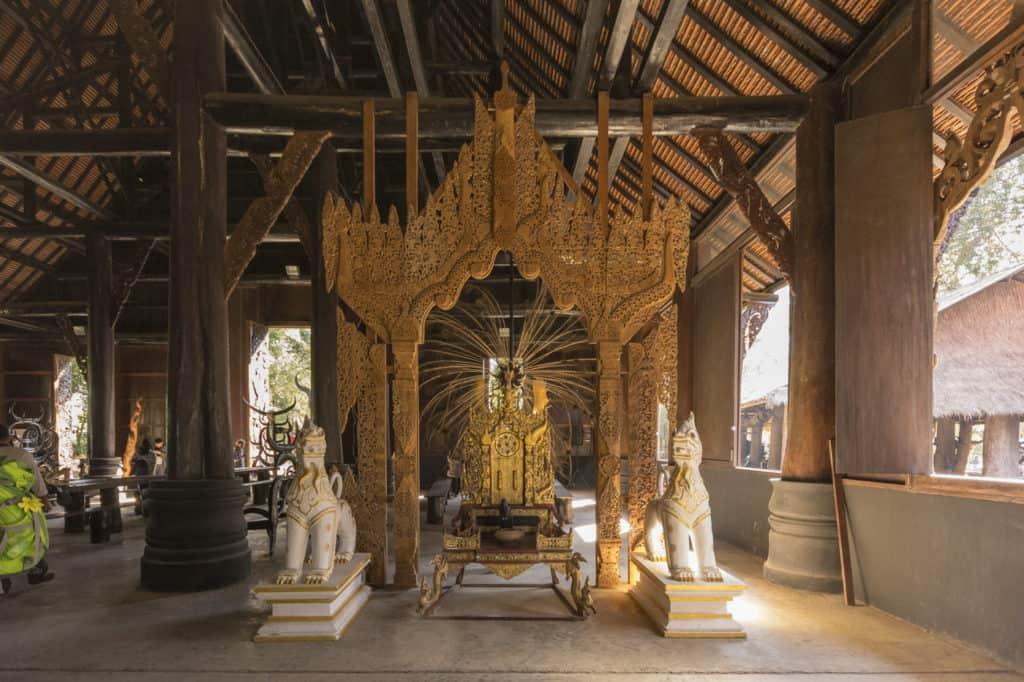 Ein goldener Pavillon mit Thron im großen Haus im Museum Baandam
