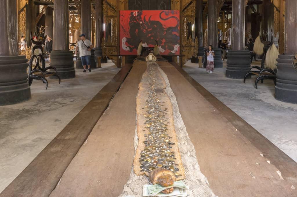 Schlangenhaut mit Geldspenden - Künstler Thawan Duchanee - Schwarze Haus in Chiang Rai